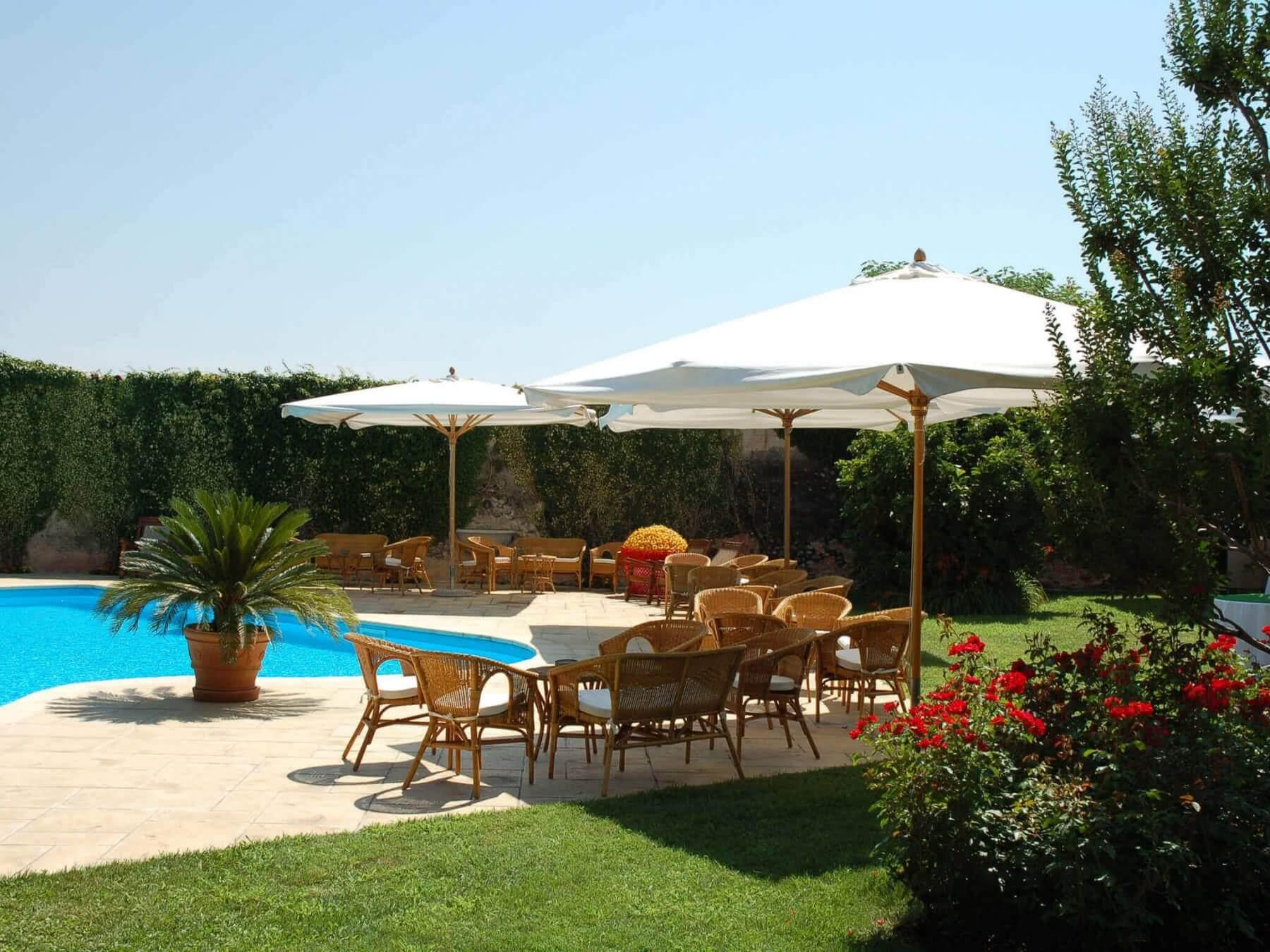 Noleggio ombrelloni in legno e tessuto per eventi puntonoleggio - Noleggio tavoli e sedie per feste catania ...