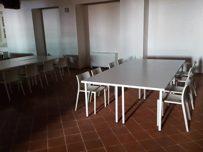 Scrivania Ufficio Grande : Noleggio scrivania bianca grande per ufficio e conferenze punto