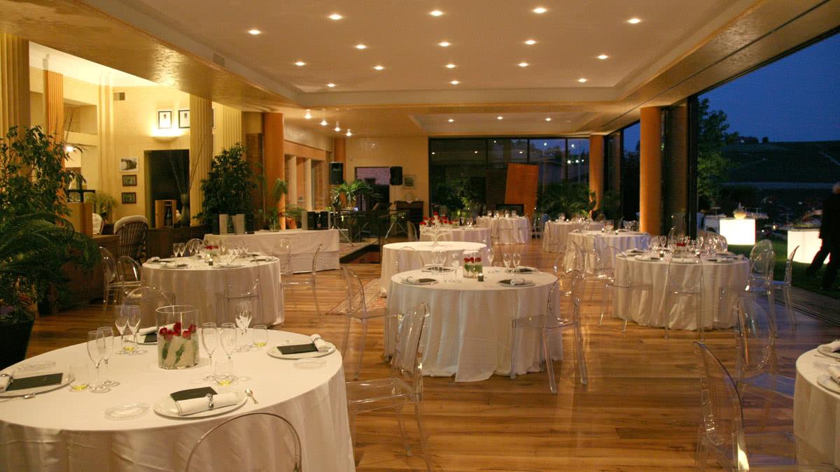 slider-feste-private-noleggio-tavoli-luminosi-tovagliati-sedie-victoria-ghost
